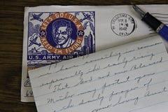 Wereldoorlog IIbrief, envelop en vulpen op eiken bureau. Royalty-vrije Stock Afbeeldingen