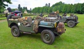 : Wereldoorlog 2 Jeeps met opgezette geparkeerde Machinegeweren op gras Stock Fotografie