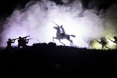 Wereldoorlogambtenaar (of strijders) ruiter op paard met een zwaard klaar te vechten en militairen op een donkere mistige gestemd Stock Afbeelding