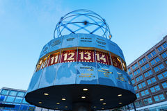 Wereldprikklok op Alexanderplatz in Berlijn, Duitsland, bij schemer Stock Afbeeldingen