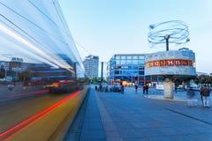 Wereldprikklok op Alexanderplatz in Berlijn, Duitsland, bij schemer Royalty-vrije Stock Foto's