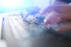 Wereldwijd netwerk op het virtuele scherm Wereldkaart en pictogrammen Het concept van Internet Sociale media en globale mededelin stock fotografie