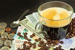 Wereldwijde handelkoffie Kop van Koffie en geld Geldige bankbiljetten op een houten lijst Het probleem van corruptie stock afbeeldingen
