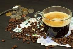 Wereldwijde handelkoffie Kop van Koffie en geld Geldige bankbiljetten op een houten lijst Het probleem van corruptie royalty-vrije stock afbeeldingen