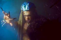 Werewolf με τα μακριά καρφιά και τα στριμμένα δόντια μεταξύ των κλάδων Στοκ Φωτογραφίες