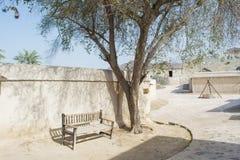 Werf in het oude Arabische dorp met houten bank onder de boom Royalty-vrije Stock Foto