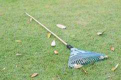 Werf het werken en het tuinieren hulpmiddelen op groen gras Royalty-vrije Stock Foto