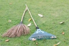 Werf het werken en het tuinieren hulpmiddelen op groen gras Royalty-vrije Stock Afbeelding