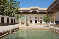 Werf tussen madrassas en moskees in Boukhara Royalty-vrije Stock Afbeeldingen