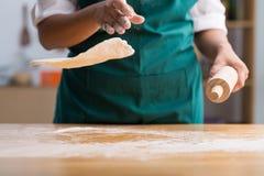 Werfen des Pizzateigs Lizenzfreie Stockbilder