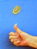 Werfen einer Münze Stockfoto