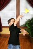Werfen eines origami Kranes stockbild