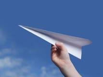 Werfen eines Papierflugzeuges. Lizenzfreies Stockbild