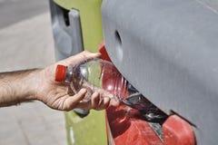 Werfen Sie Abtrennung, den Mann weg, der leere Plastikflasche in die Wiederverwertung einsetzt Stockbild