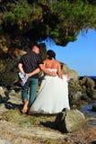 Werfen Sie das Kleid - barfüßigjungvermählten auf dem Strand weg Lizenzfreies Stockbild