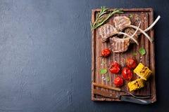 Werfen Sie die Rippen, die mit gebratener Draufsicht des Gemüses gegrillt werden Stockfoto