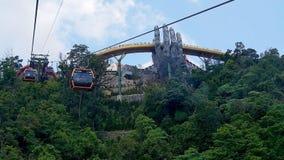 Werfen Sie einen Blick auf die goldene Brücke von der Drahtseilbahn lizenzfreie stockbilder