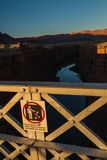 Werfen Sie nicht Felsen unterzeichnen auf der Navajobrücke in Arizona USA Lizenzfreie Stockbilder
