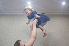 werfen Sie oben das Kind unter die Decke stockbild
