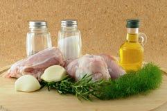 Werfen Sie, um mit Bestandteilen auf hölzernem Tellersegment mit zu kochen Stockfotografie