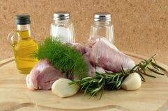 Werfen Sie, um mit Bestandteilen auf hölzernem Tellersegment zu kochen Stockfoto