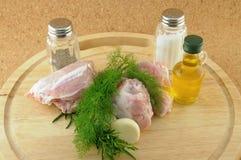 Werfen Sie, um mit Bestandteilen auf hölzernem Tellersegment zu kochen Stockbild