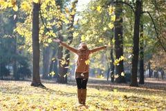 Werfende Blätter der Frau Lizenzfreie Stockfotografie