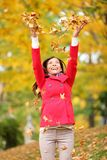 Werfende Blätter der glücklichen Fallfrau Lizenzfreies Stockfoto