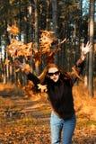 Werfende Blätter des Mädchens stockbilder