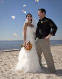 Werfende Blumen der Strandhochzeit Stockfotos