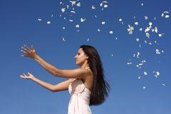 Werfende Blumenblätter des Mädchens stockbild