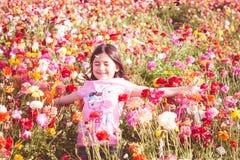Werfende Blumenblumenblätter des Mädchens lizenzfreies stockbild