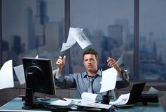 Werfende Dokumente des Geschäftsmannes in Luft Lizenzfreie Stockfotografie