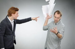 Werfende Dokumente des verärgerten Mannes Lizenzfreies Stockbild