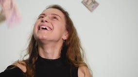 Werfende Geldbanknoten in einer Luft auf weißem Hintergrund Werfendes Geld der attraktiven Reiche herein, zum des Genießens zur S stock footage
