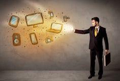 Werfende Hand gezeichnete elektronische Geräte des Mannes Lizenzfreies Stockfoto