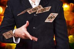 Werfende Karten des Mannes. Stockfotografie