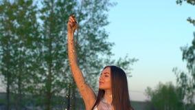 Werfende Konfettis der Schönheit in der Zeitlupe auf dem Strand Werfendes Funkeln der kaukasischen glücklichen Jugendlichen Goldw stock video footage