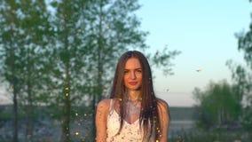 Werfende Konfettis der Schönheit in der Zeitlupe auf dem Strand Werfendes Funkeln der kaukasischen glücklichen Jugendlichen Goldw stock video