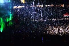 Werfende Konfettis vom Stadium auf Menge Stockfoto