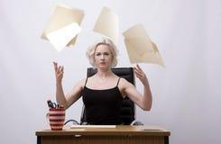 Werfende Papiere Sekretärs in die Luft Lizenzfreie Stockfotografie