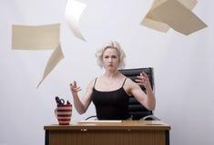 Werfende Papiere Sekretärs in die Luft Lizenzfreie Stockfotos