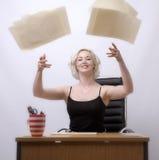 Werfende Papiere Sekretärs in die Luft Stockfoto