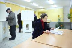 Werfende Stimmzettel der Leute auf Wahlen zum Zustands-Duma Lizenzfreie Stockfotos