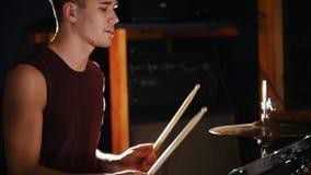 Werfende Trommelstöcke des hübschen Schlagzeugers in der Luft stock video footage