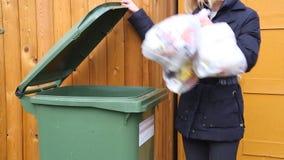 Werfender Abfall der Frau in Katzenklo in der Außenseite stock video