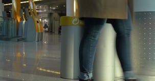 Werfender Abfall der Frau in Papier-litterbin stock video footage