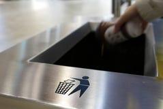 Werfender Abfall Omans zum Mülleimer lizenzfreie stockfotos