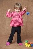 Werfender Block des kleinen Mädchens Lizenzfreies Stockbild