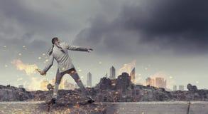 Werfender Molotowcocktail des Geschäftsmannes Gemischte Medien Stockfoto
